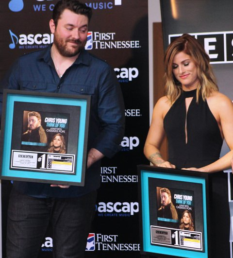 Comparing plaques? @ChrisYoungMusic and @CassadeePope at their #1 party today for #ThinkOfYou @countrymusichof https://t.co/Pn2O8Nir6H