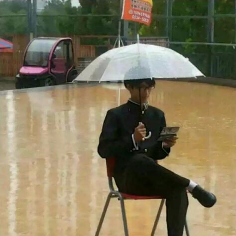 『坂本ですが』雨の中で、坂本のカッコよさを極めた中国のコスプレイヤー今は中国で話題になった話です!元記事