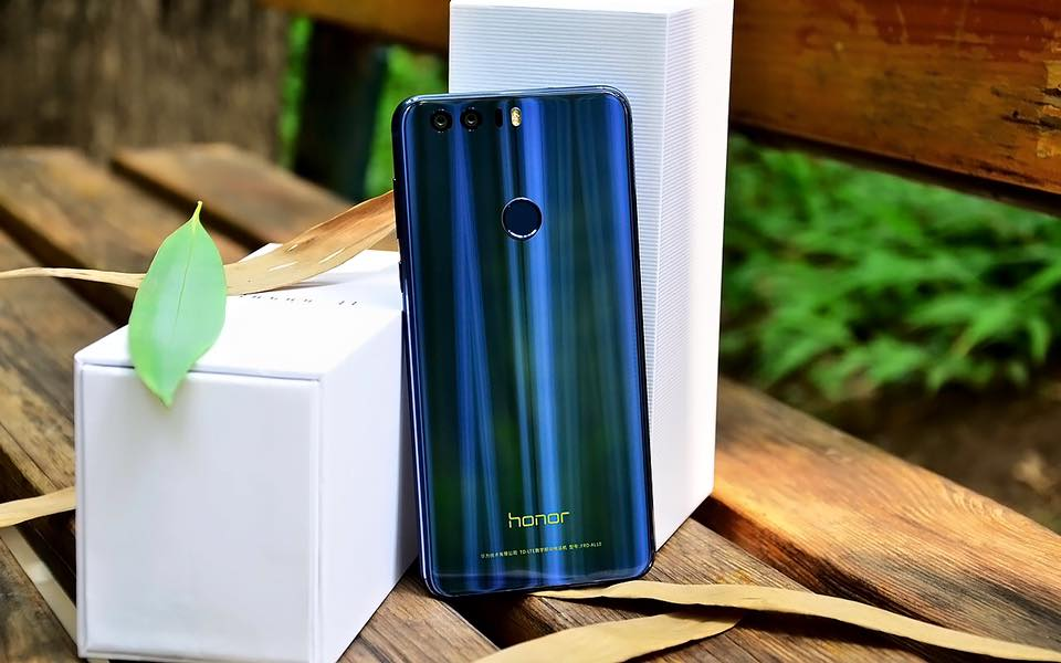 How gorgeous does the Honor 8 look in blue? #Honor8 #NewHonor https://t.co/jk7R82ng5C