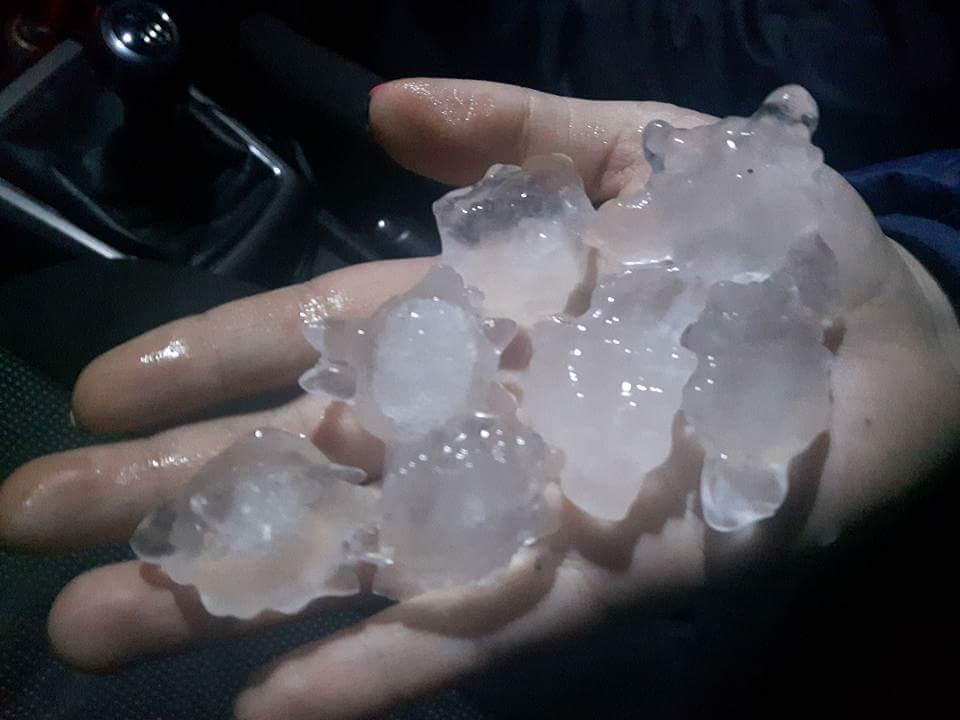 Hoy se registran lluvias intensas y nevadas en el sur de Chile. Estos granizos de gran tamaño cayeron en #Valdivia https://t.co/NSNYdpd18o