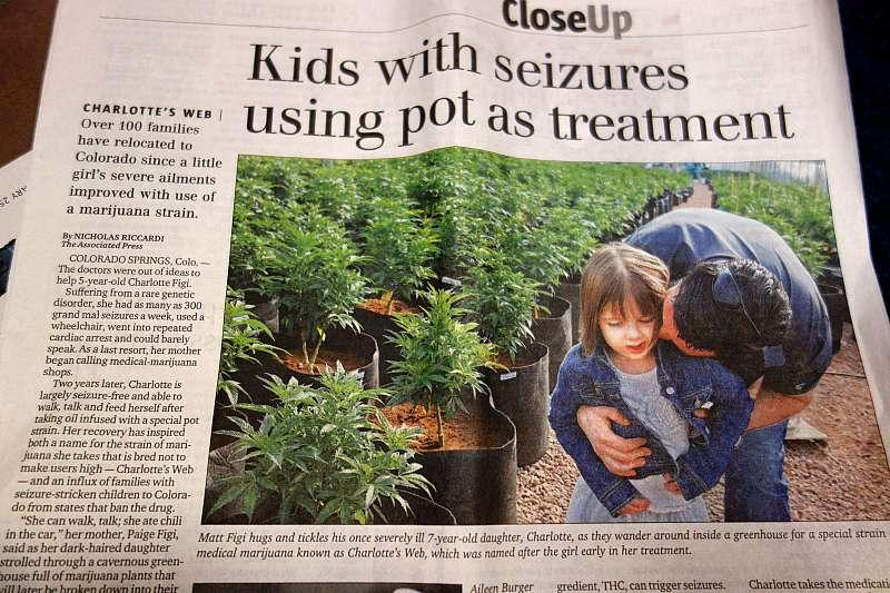 シャーロットちゃんの例が2013年の夏に報道されると、マリファナ使用が合法化されているコロラド州には、同じ病気の子どもを