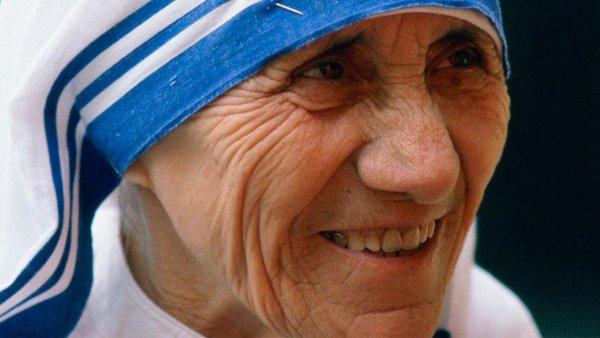 """""""Quer fazer algo para promover a paz mundial? Vá para sua casa e ame a sua Família."""" Beata Teresa de Calcutá https://t.co/L83FyXhXGo"""