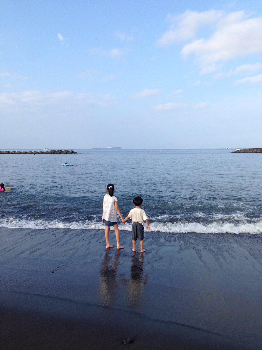 波がきた時、自然と手を取り合って支え合っていた子供達。大人の世界も同じようであれば良いですね(^-^) https://t.co/LO3Bmqsole