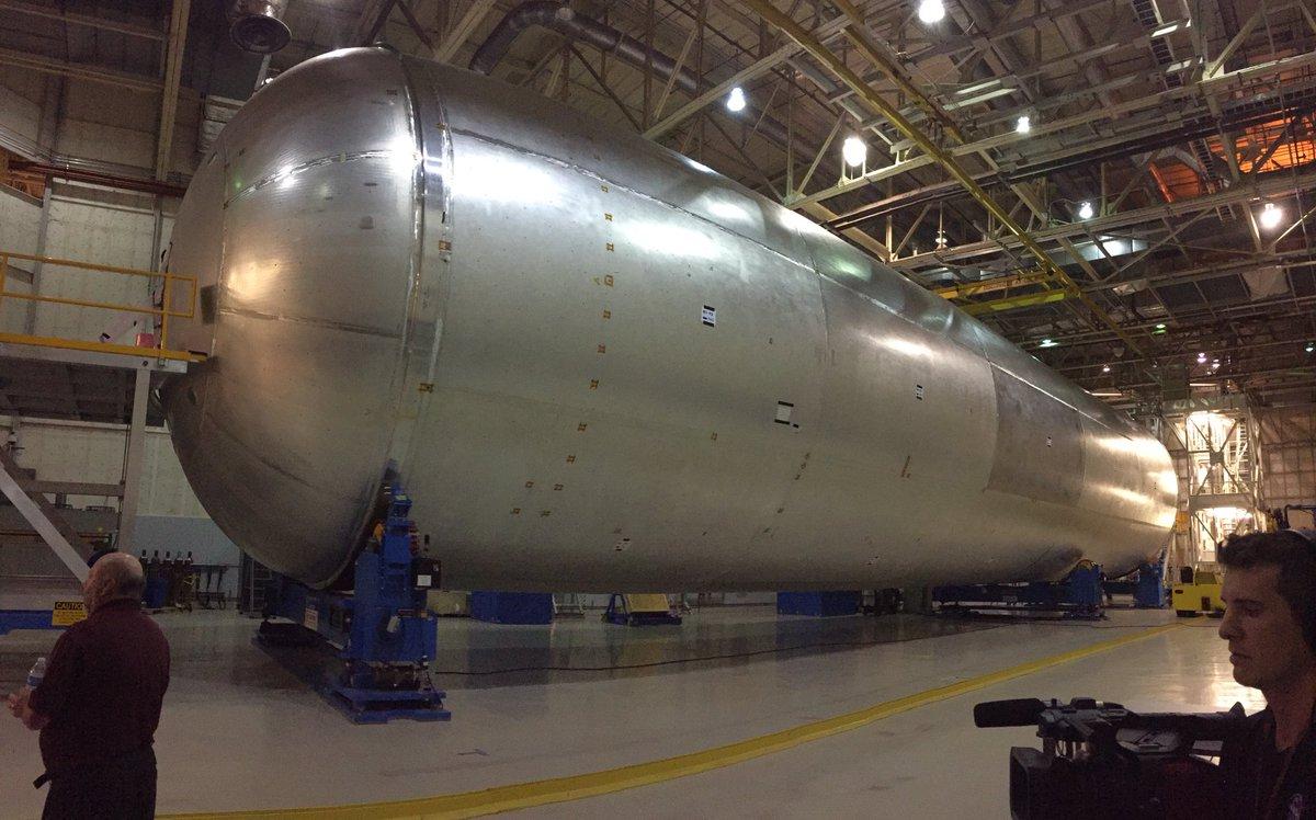 Test version of the @NASA_SLS hydrogen tank. It's HUGE, but just better than a third the length of SLS. #NASASocial https://t.co/OzKHRQ7gvW