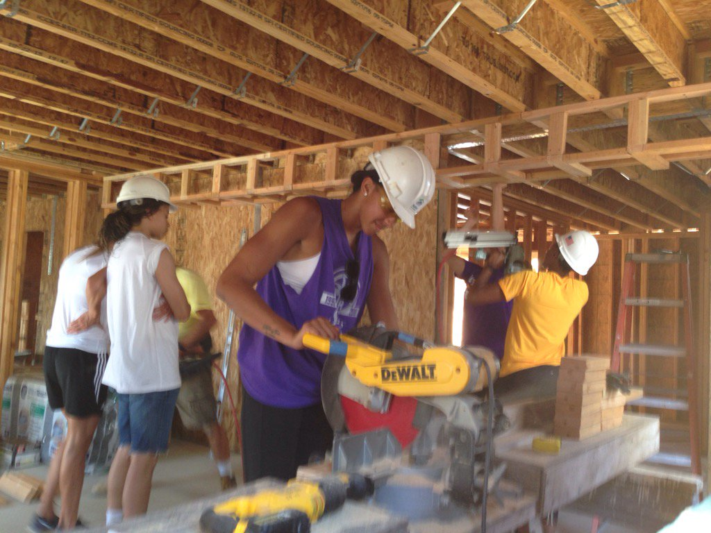 Check out @sparKindness @Candace_Parker on the power saw #BHLC w/@HabitatLA in Montebello. Go Sparks & thanks! https://t.co/pEzbaRiqYh