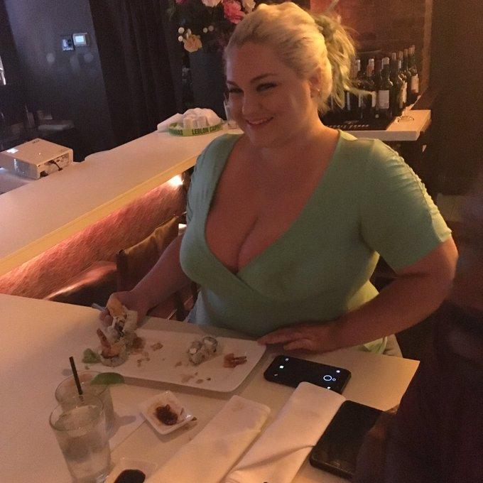 1 pic. Dinner with the QUEENS of #BBW @bellabendzxxx @BbwSofiaRose @mazzimonicaXXX https://t.co/e3Xt