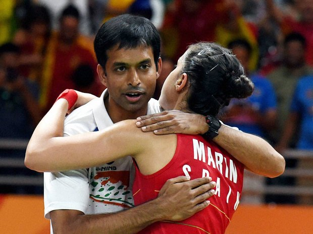 After the hug Sindhu went to pick up Marin's racket. Meanwhile, CM went over to greet Gopi. (Imagine his stature) https://t.co/2QI1ugaodz