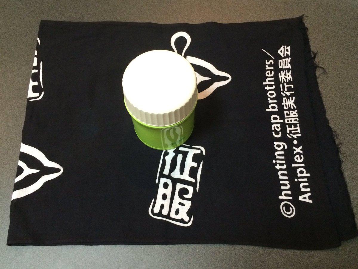 手拭いによるお弁当包み(縦長編)①包みたいお弁当箱に合うサイズに端を折って上にお弁当箱を載せる②対角線上に折り畳んでお弁