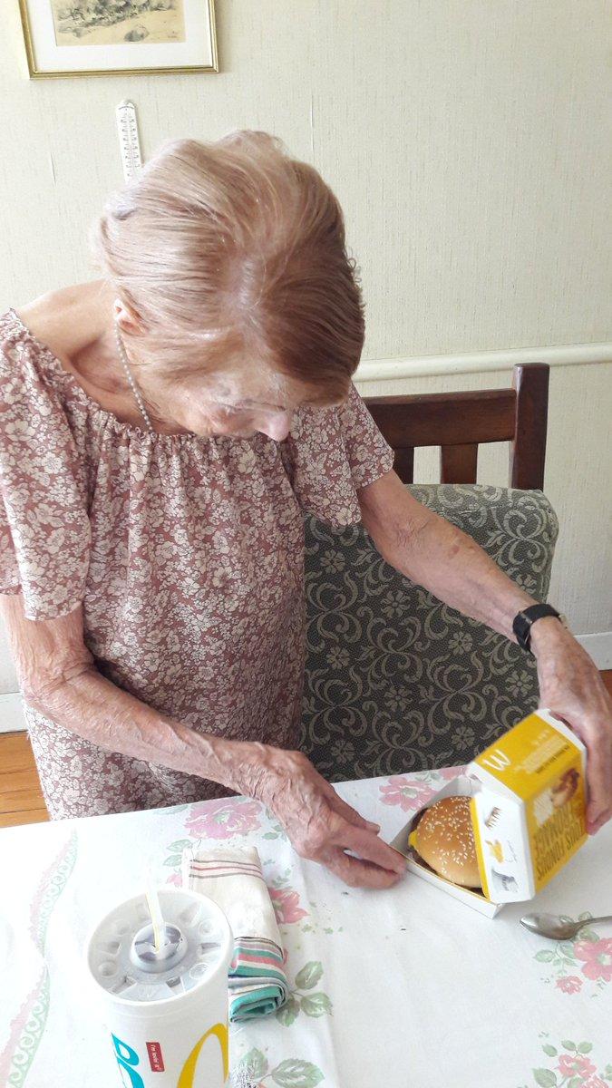 """""""Maintenant, je sais manger à l'américaine !"""" mon arrière grand-mère de 94 ans. https://t.co/AkThB1Pqf6"""