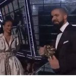 ¡@Drake junto a @rihanna en los #VMAs! Ya podemos morir en paz... https://t.co/EgnZMDRtTq