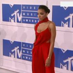 Tinashe has arrived on the #VMAs white carpet and we cant get enough of her look. 😍 https://t.co/XC9mOQ8TUX