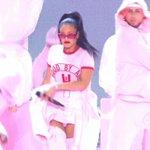 AQUI NÃO TÁ NADA BEM!! Rihanna se apresentando agora no #VMAs #RiRiVANGUARD https://t.co/8ODpgsfsDW