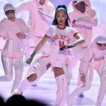 Linda! Imagens profissionais da primeira performance de Rihanna no #VMA https://t.co/hZX5JGVs2F