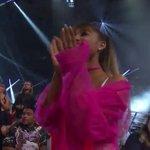 Ariana ficou tão feliz pelas meninas mesmo concorrendo na mesma categoria, ESSE é o espírito porra que lindo https://t.co/LI0hPya1sR