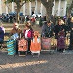Productores de frutas de la Patagonia protestan por la crisis del sector regalando fruta en Plaza de Mayo. Hay cola. https://t.co/noXnm4hmar