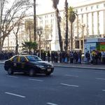 Plaza de Mayo. Largas colas, hasta con changuitos, en una protesta donde regalan frutas https://t.co/vTiHfgvFlA https://t.co/25tbAW8Irm