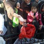 Muchas personas se acercan a la Plaza de Mayo, con bolsas y changuitos de compras para llevarse 2 peras y 2 manzanas https://t.co/9RChLcC6oE
