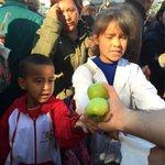 Protesta de productores: Largas filas en Plaza de Mayo para recibir fruta gratis https://t.co/90fI7goV9z Vidal https://t.co/ljnBDxCio2