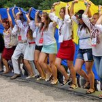 На Потемкинской, развернули украинский флаг. Посмотрите на эти светлые лица Украины! Фото: Александр Гиманов #Одесса https://t.co/lMTPwEyOKU
