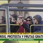 En Plaza de Mayo. productores regalan manzanas y los turistas sacan fotos, Argentina hoy. https://t.co/90fI7goV9z https://t.co/79JqKkZFdd