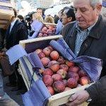 URGENTE: Una multitud esperó en Plaza de Mayo a productores que regalaron frutas como protesta contra el gobierno https://t.co/GJ15uZCMMn