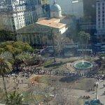 Pobreza Cero: imágenes de la protesta de productores en Plaza de Mayo regalando frutas https://t.co/JofJsamR09