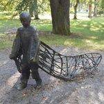 Tungt att flyga med vingar av bly. Statyn # ensamkommande i #uppsala illustrerar hur det känns för många barn idag. https://t.co/AgIib8WsR9