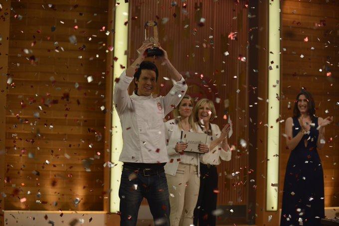 Parabéns @MC3_Leonardo! O troféu #MasterChefBR é seu! 🏆