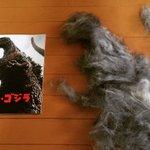 今日もうちの犬たちの抜け毛がものすごいので、作ってしまった(由) #godzilla #シンゴジラ #犬の抜け毛アート #毎日毎日毎日 #果てしなく抜ける #東京暑すぎ https://t.co/SukEW57jRD