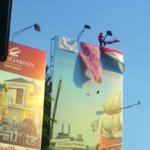 Ada orang demo naik papan reklame dibunderan waru @e100ss https://t.co/bLEMrpmBHM