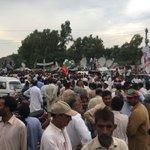People at khewra waiting for Khan...Now Imran Khan coming by road #JhelumMangayHisab https://t.co/JS7qEsDj69