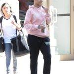 Indo ensaiar pro VMA? Rihanna foi vista deixando o apartamento dela hoje (24) em Nova York. https://t.co/JTqzzd9dSz
