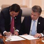 Orgulloso de acompañar al Presidente @JuanManSantos en la sanción de la Ley que convoca al #Plebiscito #SIenteLaPaz https://t.co/CWmgN9ibo8