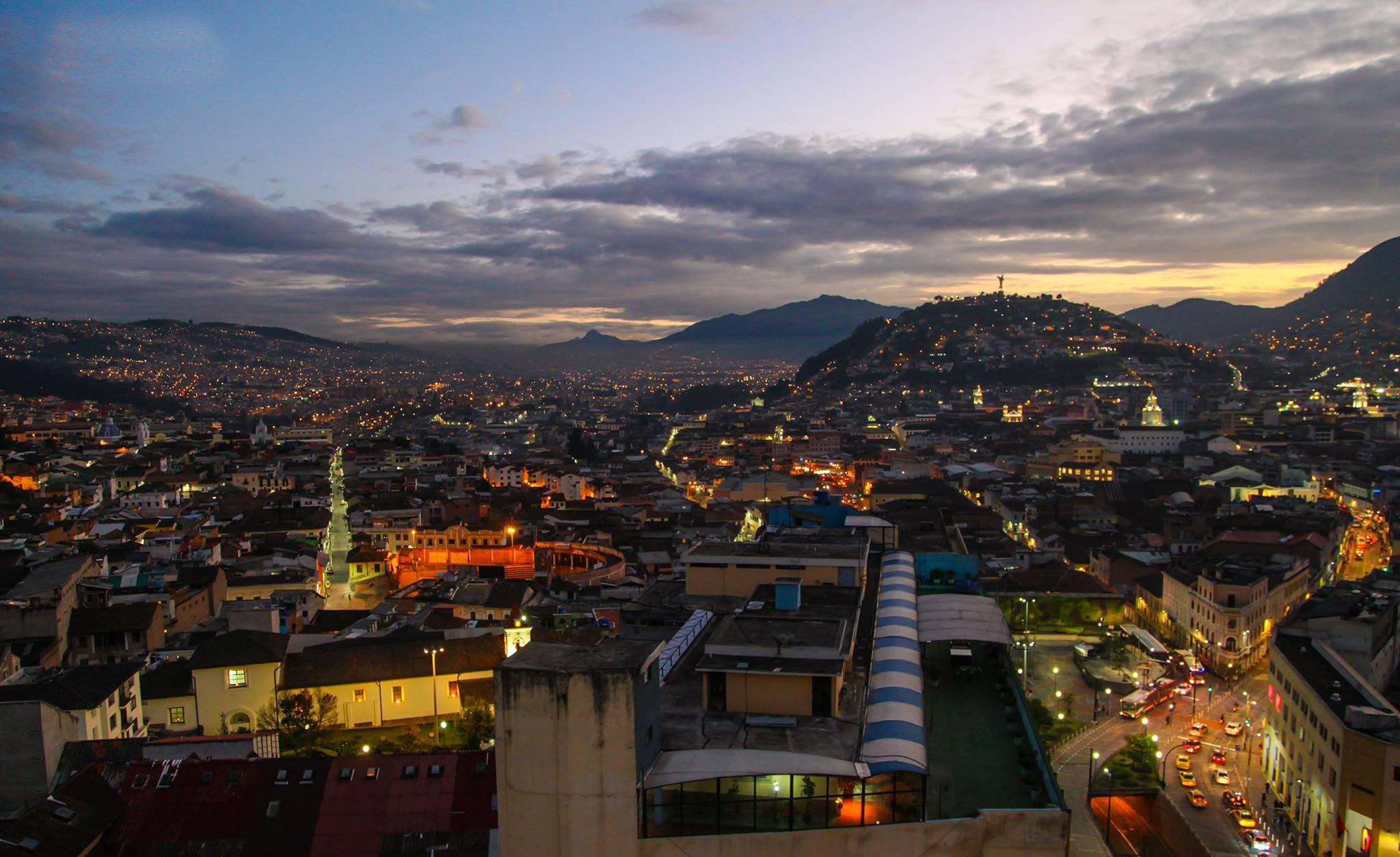 #FotoDelDía: Tomada en #Quito, #Ecuador, el cerro de El Panecillo es un emblema la ciudad. Foto: Alex Boas https://t.co/rouTeGo23a
