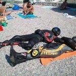 بعد منع البركيني في الشواطئ الفرنسية جزائريان ينامان في الشاطئ بلباس الدراجات النارية والخوذة..ههههه.. https://t.co/5a7OBTRH28