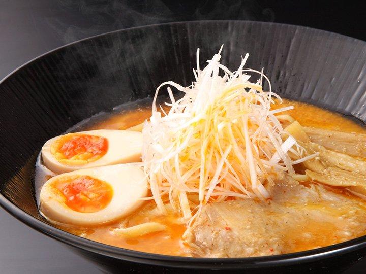 本日!人気の中閉店となった「麺処くるり」の販売を開始しました!どろどろの味噌スープは、優しく味噌ファンを魅了。極太平打ち縮れ麺で濃厚スープを掬って食べる一口はやみつきになる一杯!  https://t.co/yxsrTg7KlB https://t.co/lOmO1iMc76