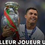 Cristiano Ronaldo reçoit le prix UEFA du meilleur joueur de la saison 2015/2016 en Europe. https://t.co/0d8tEkSTUY