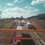 """tráileros cerraron la carretera hasta nuevo aviso. """"Si no pasan ellos nadie pasa"""". En nochixtlán #Oaxaca https://t.co/reTz6NEm8C"""