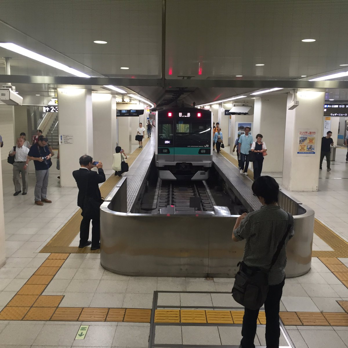 千代田線直通の電車が、事故遅延の影響で臨時に新宿駅に到着。写真を撮る人の多さに、これがわりと珍しい風景である事を知る。 https://t.co/ZM0bFoDhik