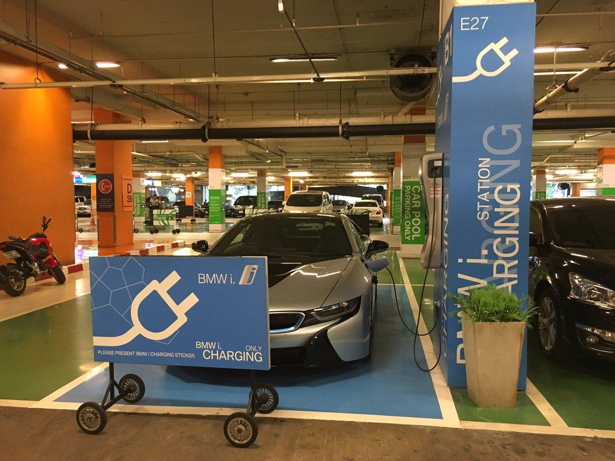 นี่ขับ BMW i8 มา Central World จอดชาร์จไฟในช่อง i Charging Station ฟรีได้เลย ด้วยสติ๊กเกอร์สีฟ้า โลกอนาคตมันดีแบบนี้ https://t.co/ZYiFWfK2PO