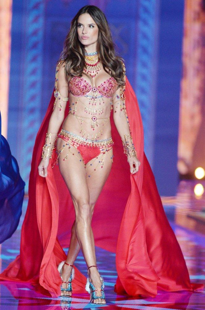 RT @AngelAlessandra: Lady in Red ???? #fantasybra #vsangel #FBF @VictoriasSecret https://t.co/lUgaCtQgHS