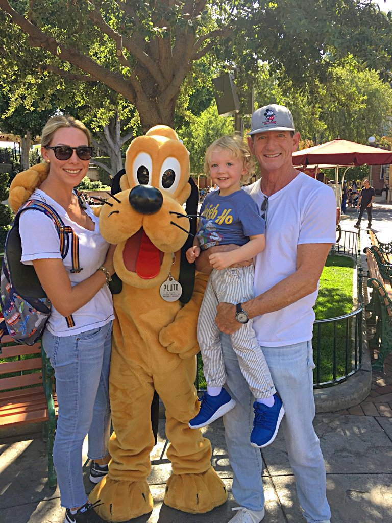 Family pic with Pluto at Disneyland @HankHaney https://t.co/8zmmAa8XEZ