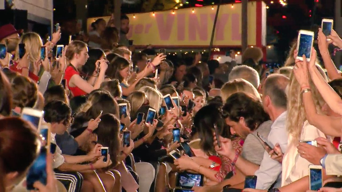 For anyone ever wanting to go to a fashion show, this is what it looks like in 2016. #NYFW #tommynow @TommyHilfiger https://t.co/3kHJq5nSvu