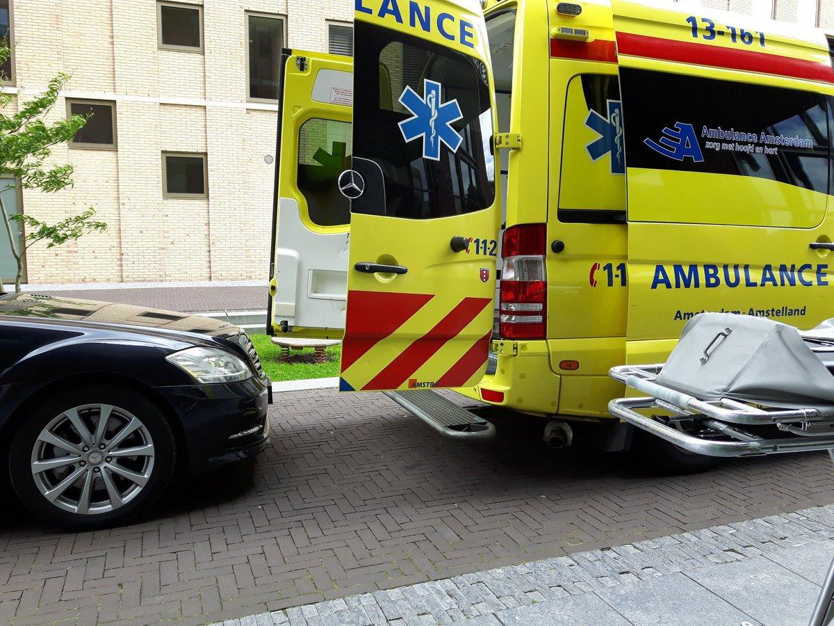Lieve mensen zou u mij een iets ruimere werkplek kunnen gunnen? #ambulancehulpverlening https://t.co/jyl0R50tfR
