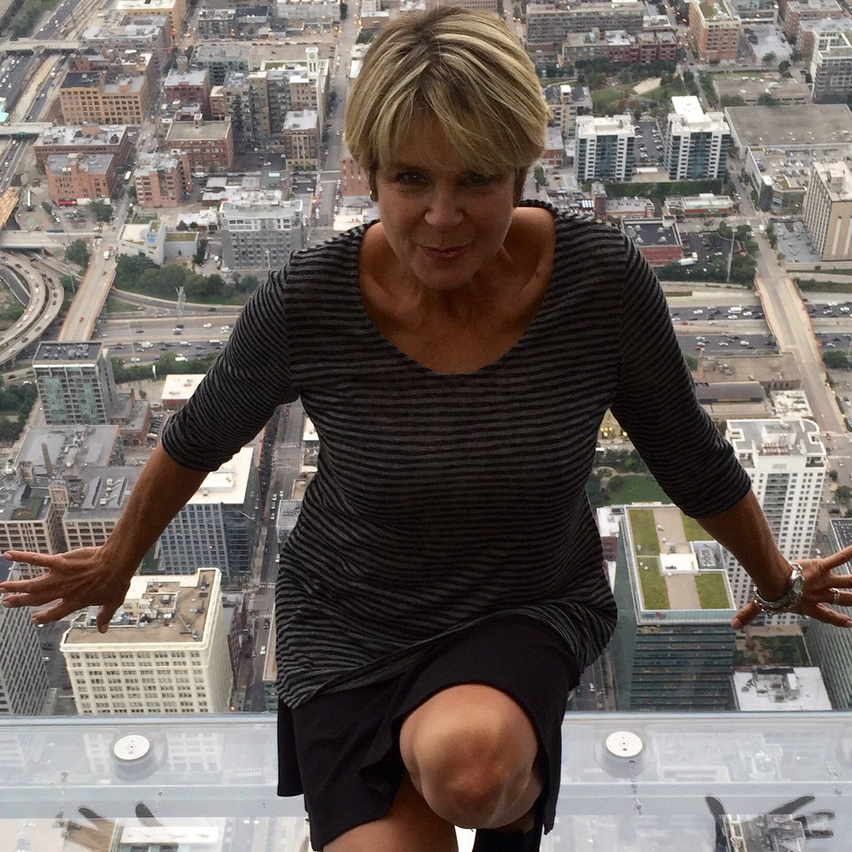 Yikes at the Sears oops Willis Tower, 103 stories up. #Chicago icdA0Ryyja