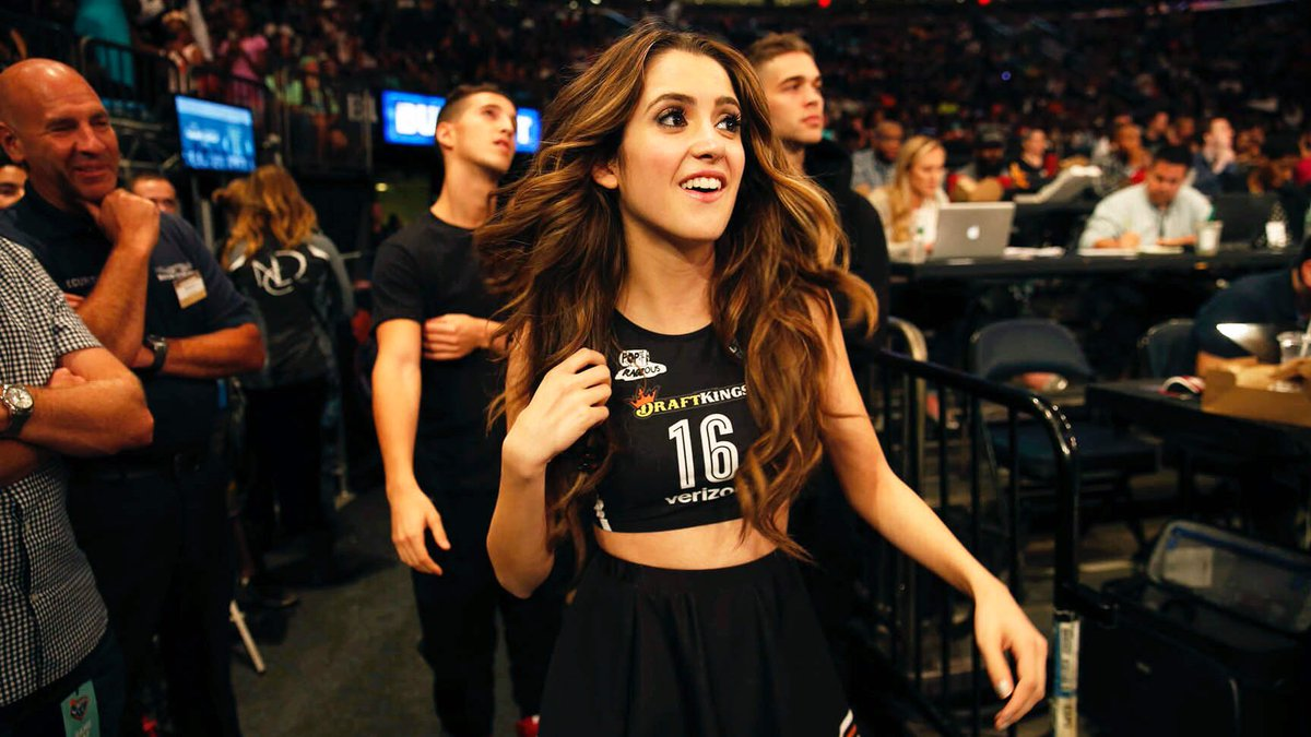 Wow @lauramarano tore up @TheGarden with her halftime performance rocking a custom @nyliberty jersey #Boombox #LaLa https://t.co/5gZC64IpKA