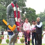 Sports Minister @VijayGoelBJP pays tributes to #Hockey wizard Major #DhyanChand. #SportsDay https://t.co/KWFzjsXFYE