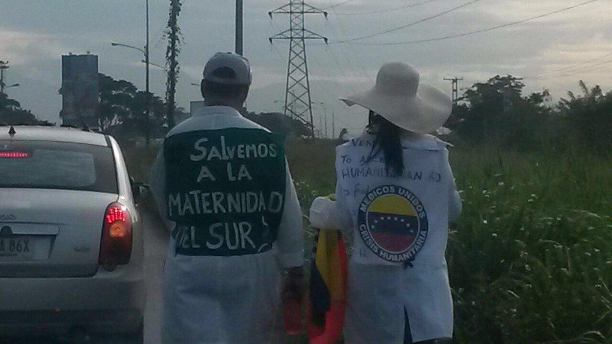 8:52am Dos médicos venezolanos salieron ayer de #Carabobo. Vienen a pie a Ccs. Piden que la gente los acompañe x 1km https://t.co/hZ9vbFd73S