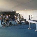 Impeachment: jornalistas se preparam para a fala de Dilma aos senadores https://t.co/9BYS5GQbUD #G1 https://t.co/9LNDMlYqVl