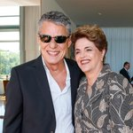 Chico Buarque está presente no Senado em apoio a presidenta Dilma Rousseff. #PelaDemocracia https://t.co/jdZFK2yKvD